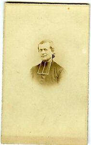 PHOTO-CDV-dos-nu-un-homme-d-eglise-pose-religieux-pretre-cure-portrait-vers-1870