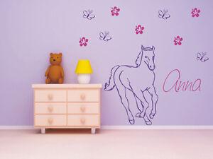 Wandtattoo-Pferd-mit-Wunschnamen-Blumen-amp-Schmetterlingen-Kinderzimmer