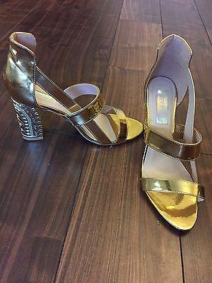 Detallado en relieve de oro grueso talón Sandalia Zapato Excelente Estado Talla 8