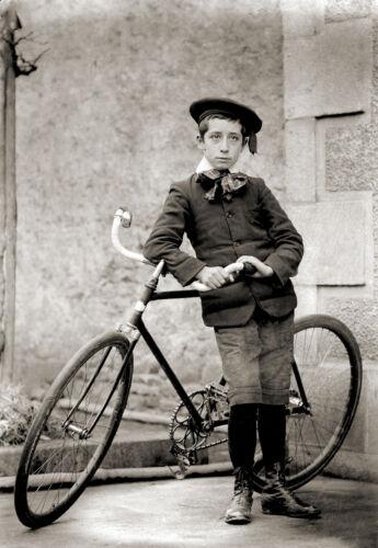 Jeune garçon costume deb Photo ancienne repro retirage XXe et son vélo