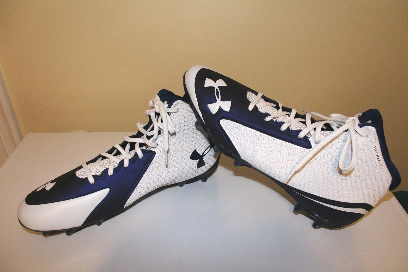 NWOT UNDER ARMOUR Uomo NITRO MID D FOOTBALL CLUTCH FIT CLEATS bianca  blu 15  90