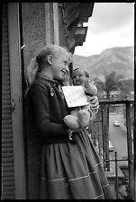 Jeune fille poupon Petitcollin poupée balcon - Ancien négatif photo an. 1950 60