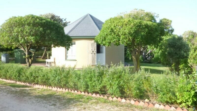 One bedroom chalet at Meerensee, 10 km form Hermanus with  sea view, next  to the Botriver Estuary