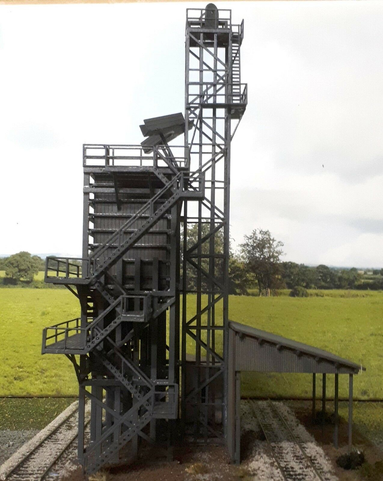 The orange Coal Stage with hoist tower, winch shed and loading bay HO 1 87