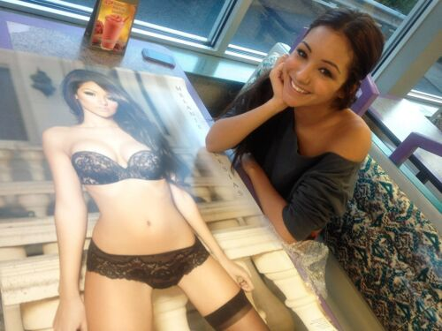 """Melanie Iglesias 24/""""x36/"""" Special Edition World/'s Most Beautiful Wall Poster"""
