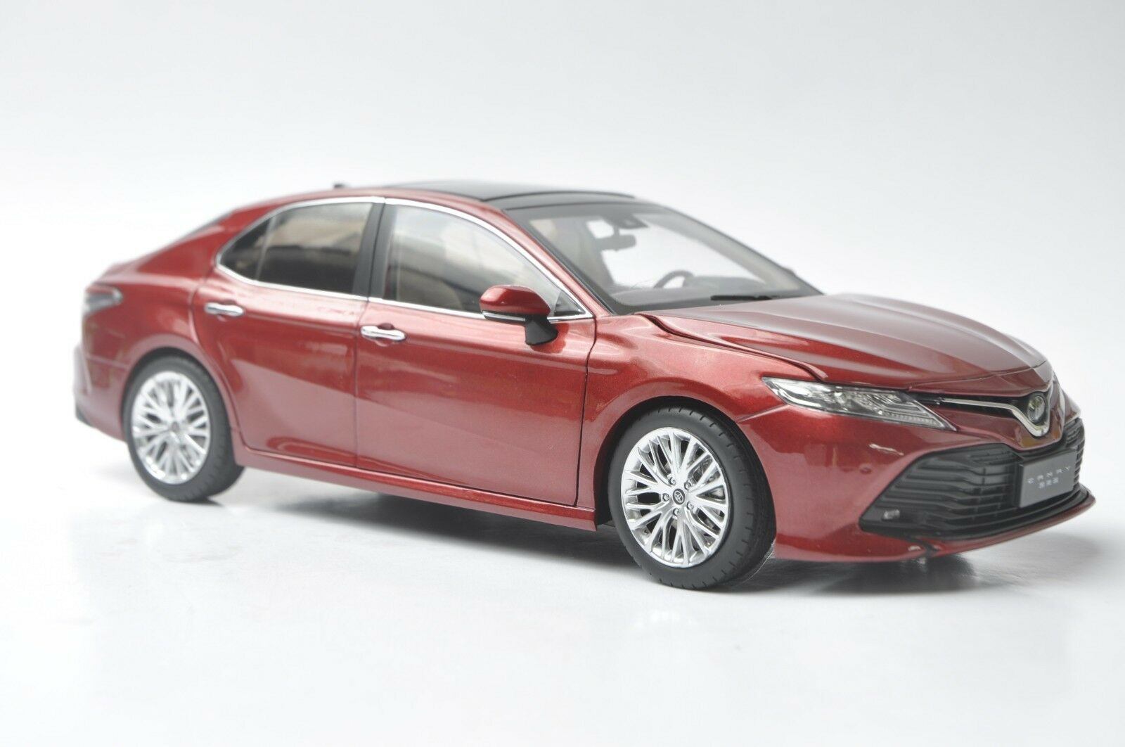 Toyota Camry 2018 car model in scale 1:18 rosso