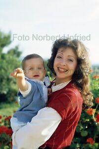 Vicky-Leandros-With-Child-Photo-20-X-30-CM-Without-Autograph-Nr-2-542