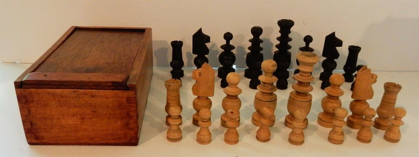 Vintage Hefatto European Regency  Style Chess Set Finger Joint Case from Engle  a buon mercato