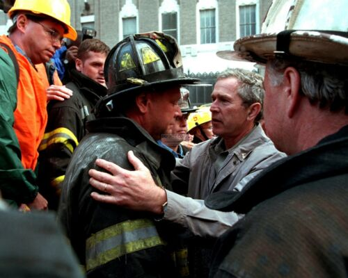 AA-070 PRES GEORGE W BUSH EMBRACES FIREFIGHTER @ WORLD TRADE CENTER 8X10 PHOTO