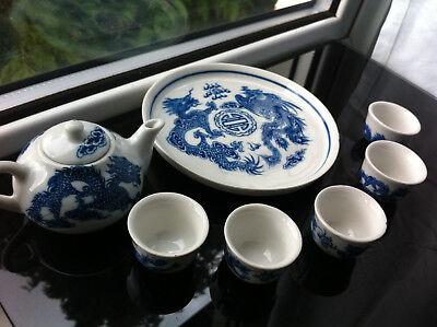 7pcs Dolls House Miniature Cina Teiera Set Tazze Tazze Piatto Bianco & Drago Blu-mostra Il Titolo Originale