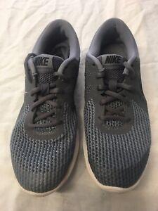 Nike-REVOLUTION-4-GS-Scarpe-Da-Corsa-943309-005-Scuro-Grigio-Nero-Grigio-Freddo-UK-5