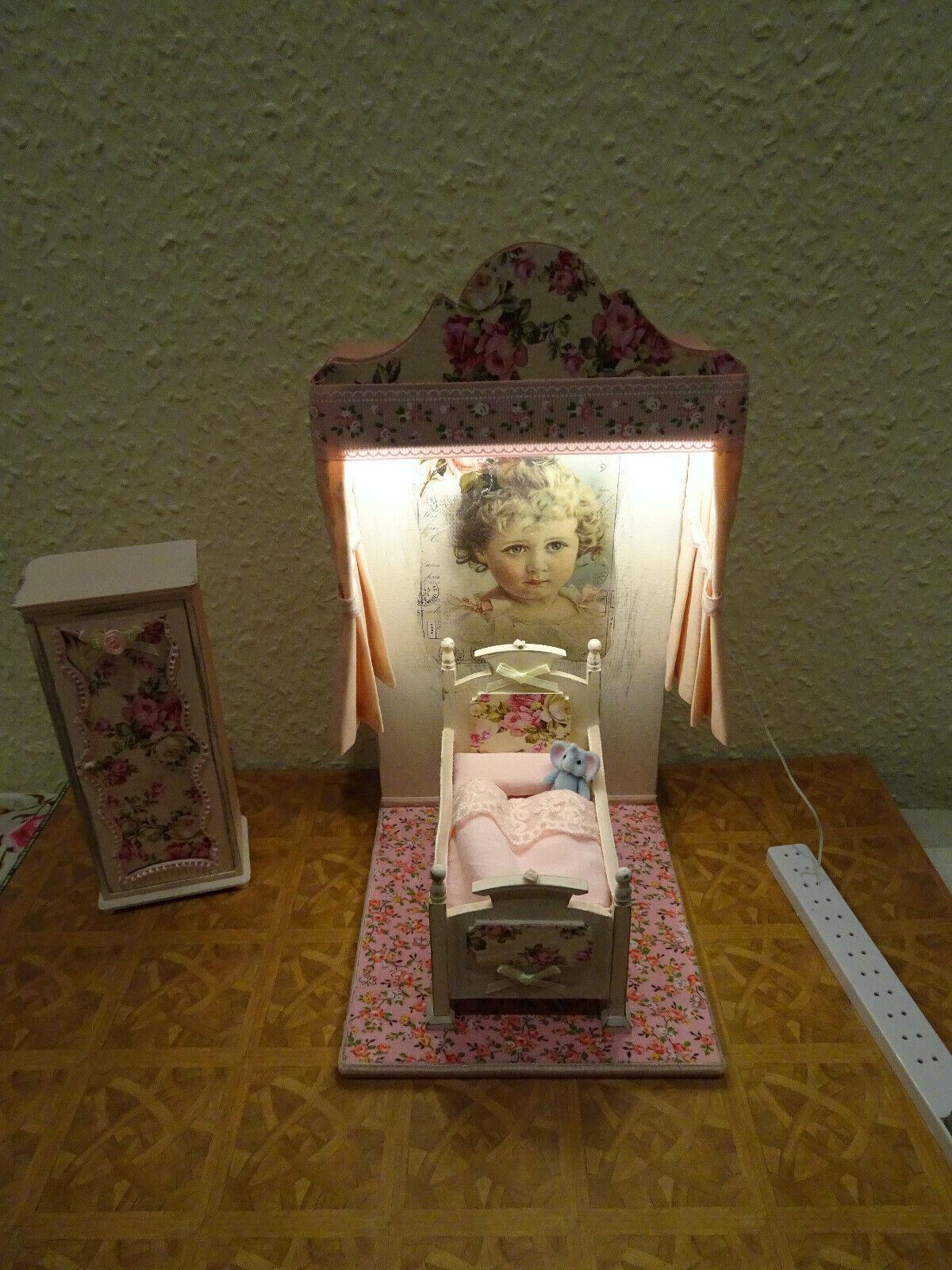 Miniatur-Szene 1 12 Alkoven Babybett Mädchen    mit LED-Licht Puppenhaus Unikat