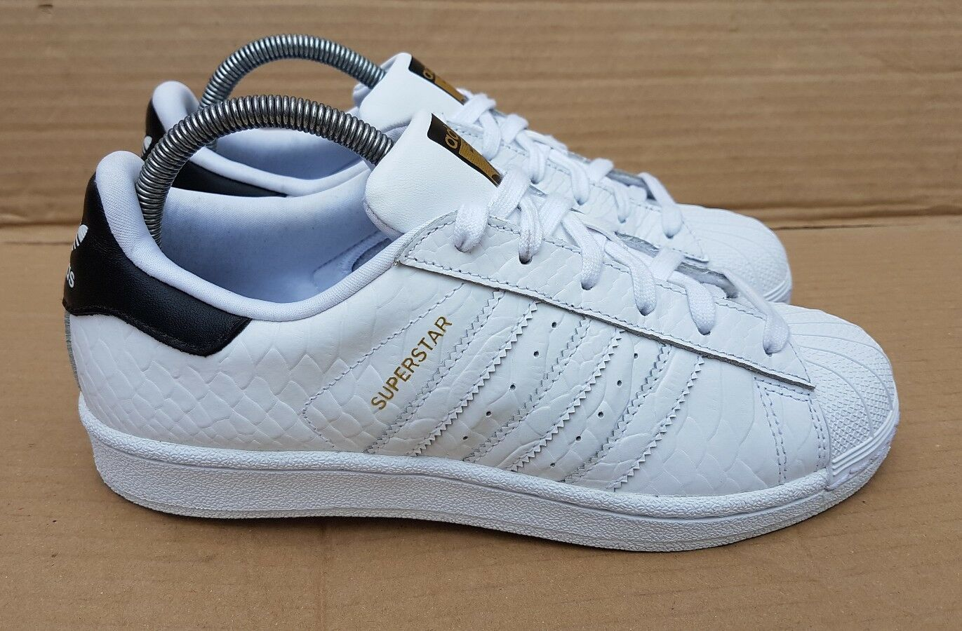 GORGEOUS ADIDAS SUPERSTAR Weiß AND AND AND BLACK TRAINERS IN SIZE 5 UK RARE DESIGN c3acdc