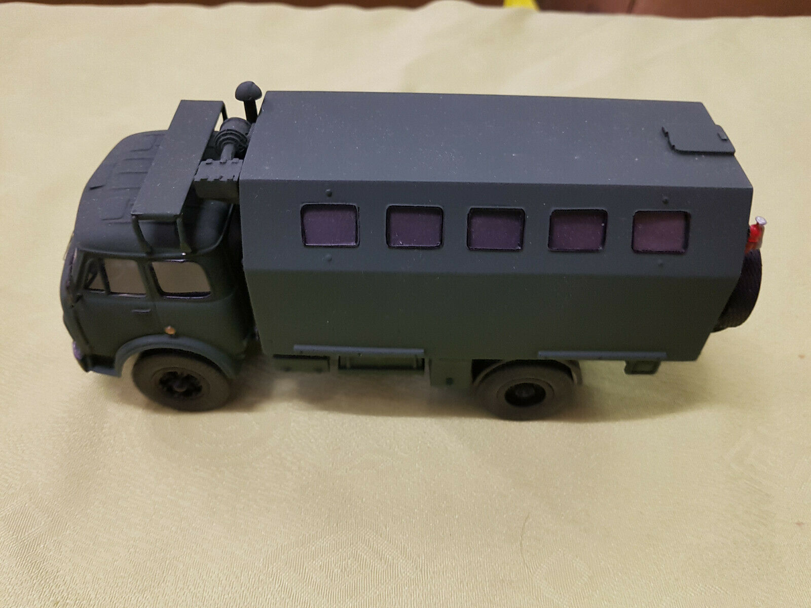 Resin  LKW Manschaftswagen Militär natooliv 1 43