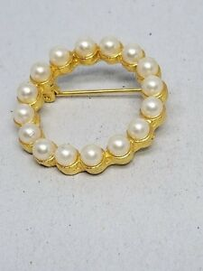 Lovely-Vintage-Circle-Pin-Faux-Pearls-Gold-tone