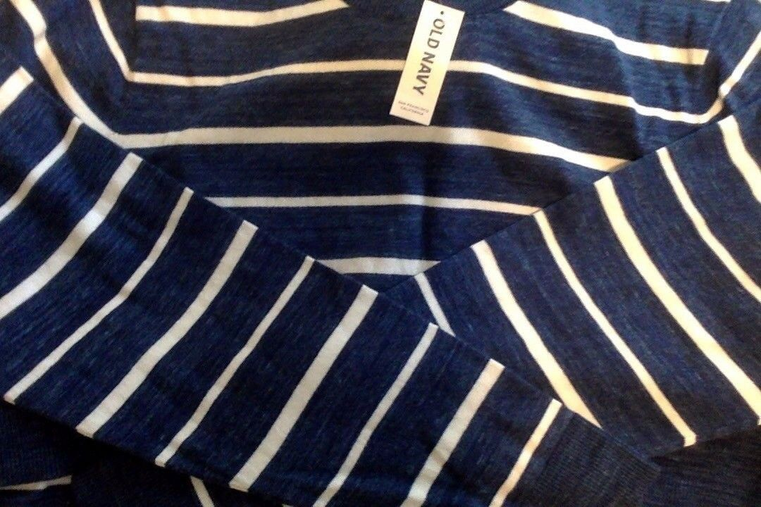 Old Navy  Men's Sweater XL Reg.  NEW WITH TAGS  bluee & White. Very Nice