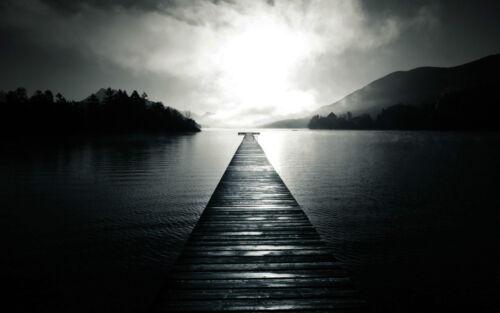 photo art Encadrée Imprimer-jetée en bois menant à travers un sombre mystérieux lac