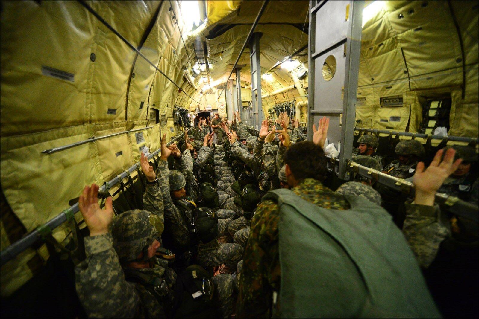 Poster, Molte Misure; U.S.ARMY Dall' Paracadutisti con 82nd Trasportate Dall' U.S.ARMY Aria 61cfb6