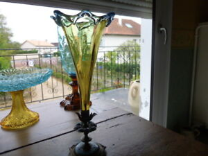 RARE / SOLIFLORES ANCIEN GEORGE SAND - France - EBay superbe soliflore ancien GEORGE SAND . verrerie en trs bon état , pied en métal avec émaux de couleur bleue , des manques sur la collerette du milieu . hauteur totale : 26cm , diamtre en haut : 10 cm env. , diamtre du pied : 10 cm , poids - France