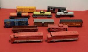 2 HO LIONEL TRAIN ENGINES AND HO TRAIN CARS  11 PIECES