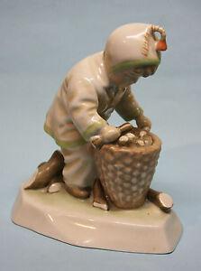 ZSOLNAY-Junge-Kind-mit-Korb-Putto-Putte-Figur-Porzellanfigur