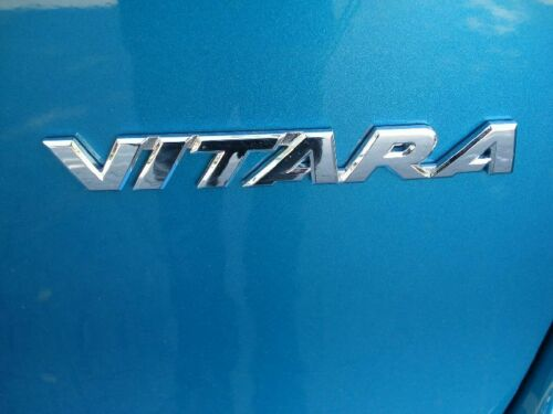 New Genuine Suzuki Vitara Cromo Insignia Emblema Autoadhesivo 77831-54P00-0PG