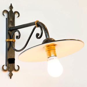 Lampada-da-parete-esterno-in-ferro-battuto-con-piatto-rustico