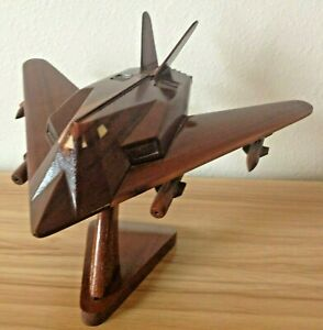 F-117-STEALTH-FIGHTER-BOMBER-MAHOGANY-MODEL-EXECUTIVE-DESKTOP-GREAT-CONDITION