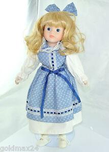 Poupée avec robe bleue blanche / tête en porcelaine et corps en tissu   33 cm