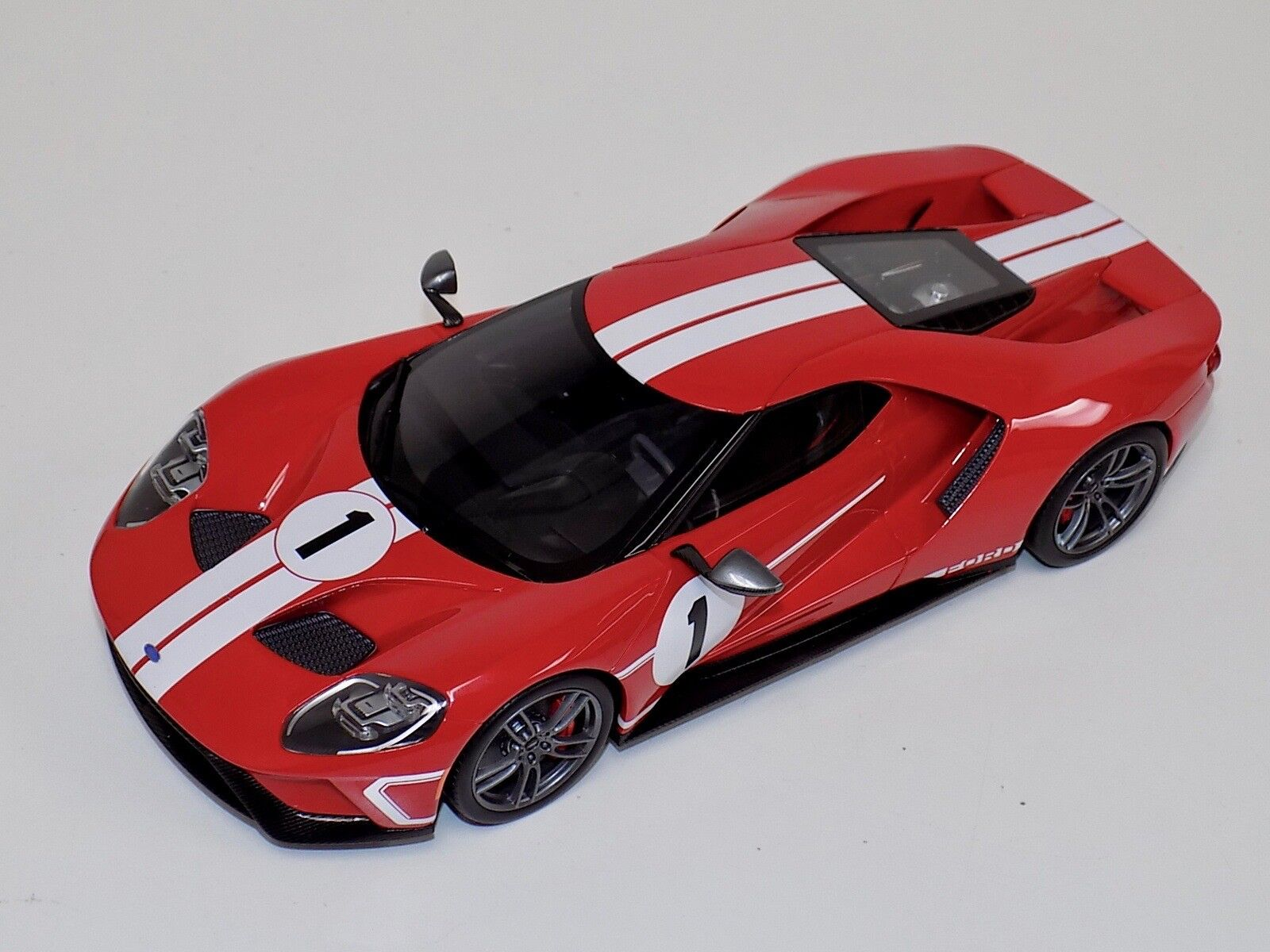 1 18 GT Spirit Ford GT 2017 in Red with White stripe US008
