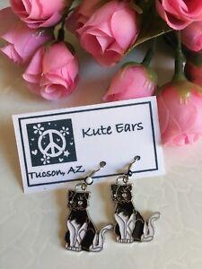 Silvertone-Black-and-White-Sitting-Cat-Kitty-Dangle-Earrings
