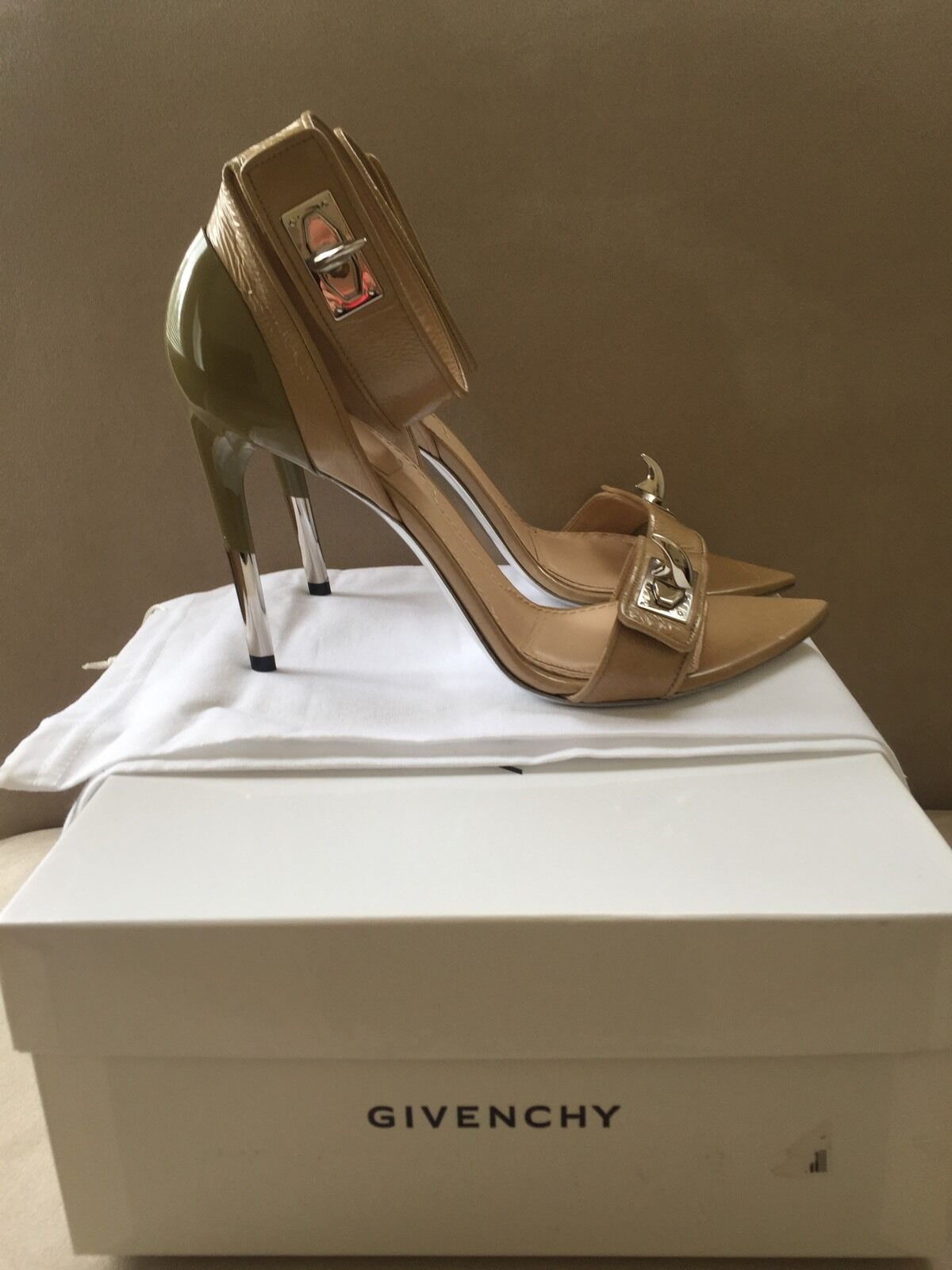 GIVENCHY GIVENCHY GIVENCHY SHARK TOOTH LOCK SANDAL PATENT BEIGE Silber HDW 39, US9 1f9398