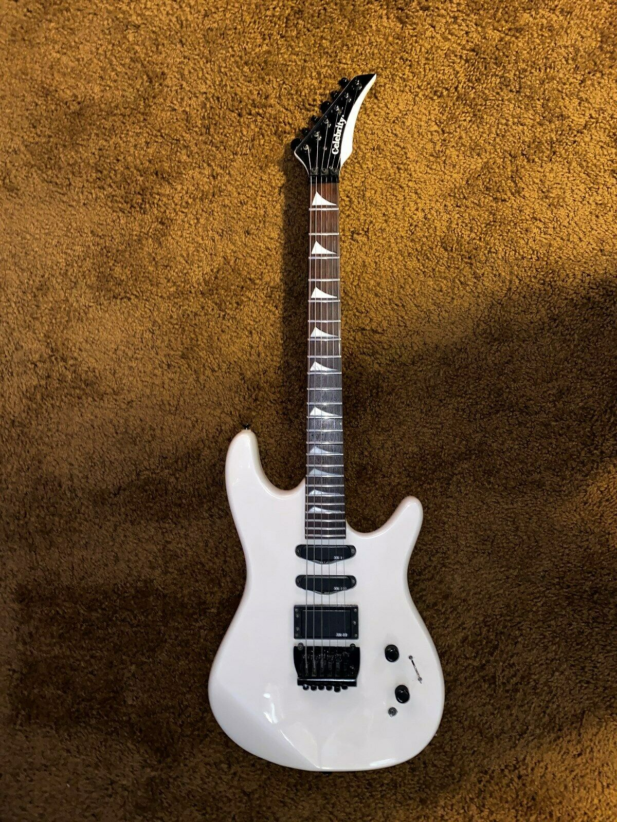 Ovation Celebrity 80's Weiß electric guitar