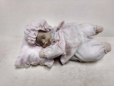 United Porcelaine Baby-doll Allongé Sur Oreiller Plays Musique Robe Rose Ds237 Jouets Et Jeux