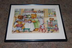 Baerenbild-Bild-mit-Baerenfamilie-in-der-Kueche-mit-blauem-Rahmen-Kinderzimmer