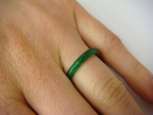 ! EXQUISITE VINTAGE 18K GOLD AND GREEN ENAMEL WEDDING BAND 3.6 GR, SIZE 6.5.
