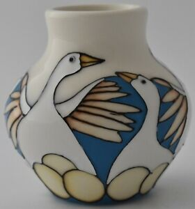 Lovely-Moorcroft-Pottery-6-Geese-Laying-Vase-By-Kerry-Goodwin-Christmas