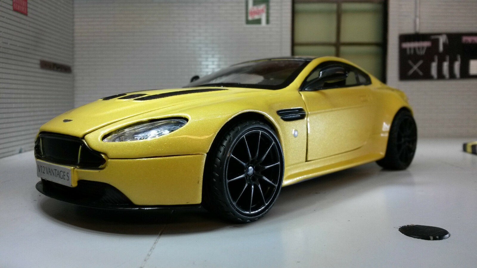 G 1:24 Echelle Aston Martin Bond Vantage V12 79322 V Détail Motormax Modèle Car