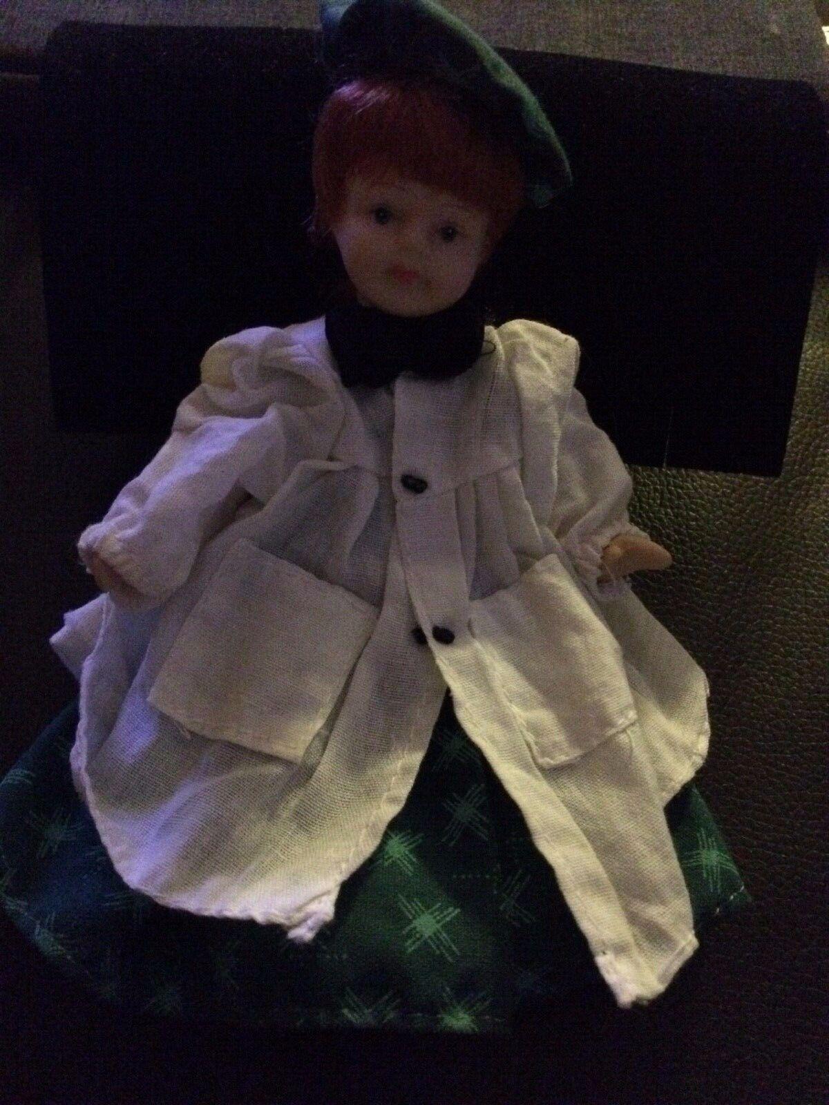 Puppenhaus Puppenküche Puppenküche Puppenküche Porzellan Puppe Kappe roter Zopf Kleid Schürze de4c72