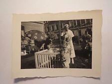 Kindergarten ? - Frau & kleine Kinder im Vorgarten - Laufstall Sonnenschirm Foto