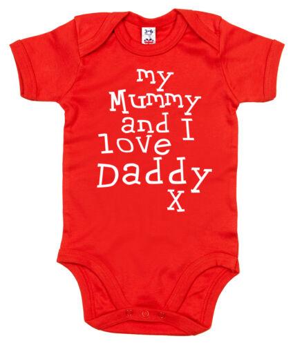 """Baby Body /"""" My Mummy /& Ich Liebe Daddy /"""" Strampler Geburtstag Vater Tag Geschenk"""