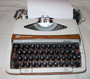 VINTAGE-1970s-Smith-Corona-VICEROY-Portable-TYPEWRITER-Retro-WOOD-Effect-Deco