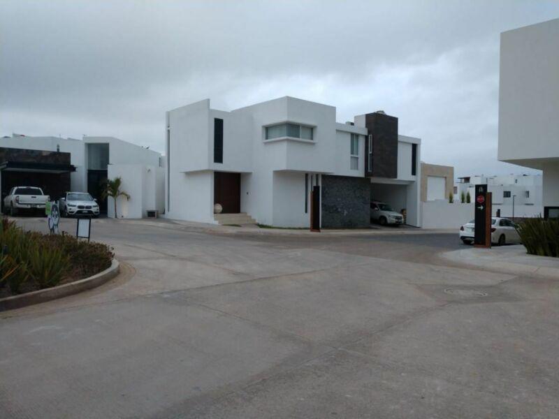 VENTA Casa  ALTO LAGO privada con  seguridad, casa club y jardín ZEN