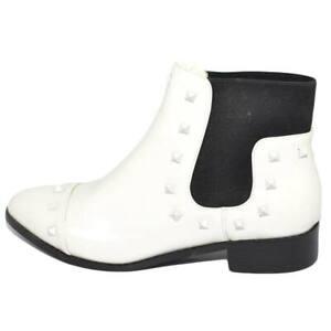 Stivaletto-donna-bianco-lucido-basso-a-punta-con-borchie-bianche-e-elastico-zip