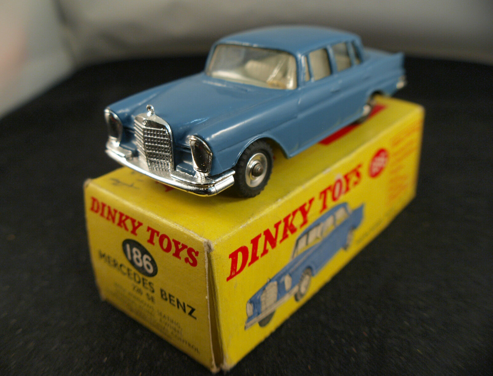 Dinky toys gb mercedes benz 220 se never played in box
