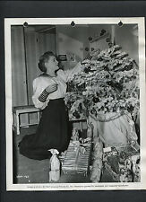 PHYLLIS CALVERT WITH A CHRISTMAS TREE -1947 CANDID - TIME OUT OF MIND - KEY BOOK
