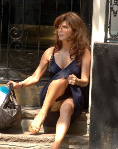 A Marisa Tomei Sitting On The Stairs 8x10 Picture Celebrity Print