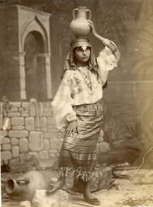 Algerie-Jeune-femme-arabe-portant-un-jarre-Vintage-albumen-print-Dechirure