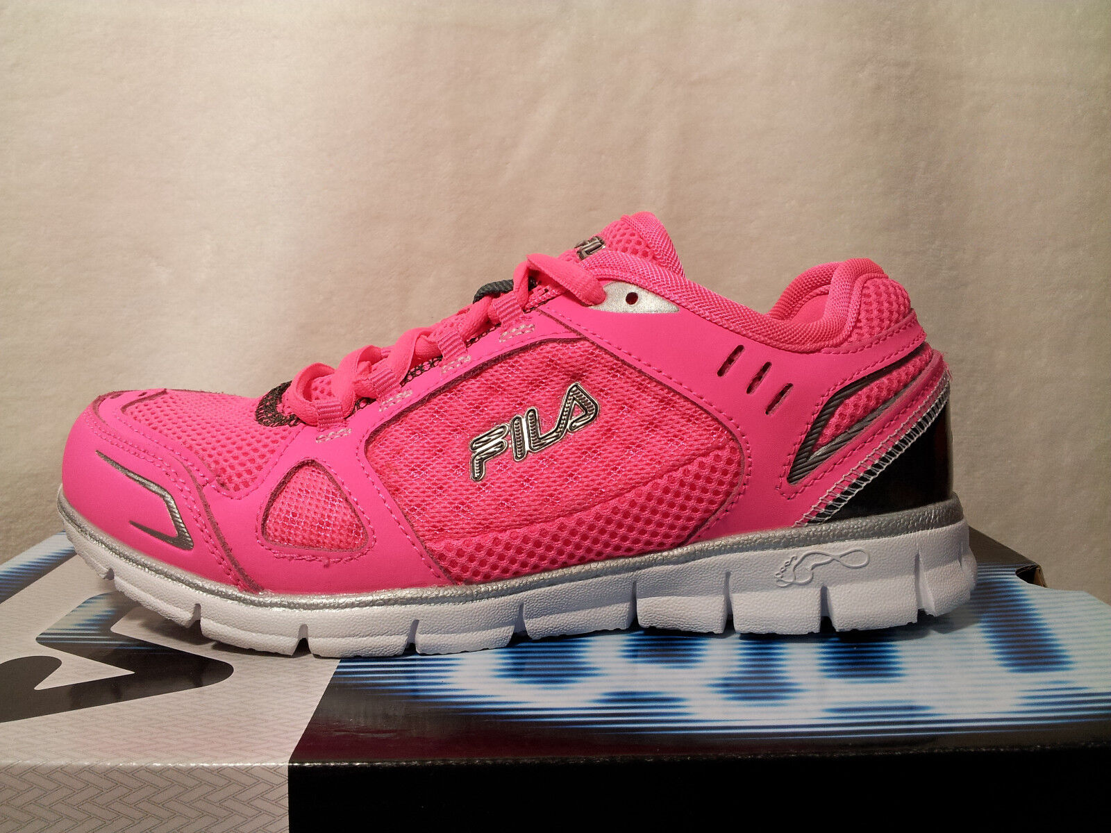 1fa3aa471078 Fila Roam Pink silver Girl s Athletic Shoes - Size 3y NWOB