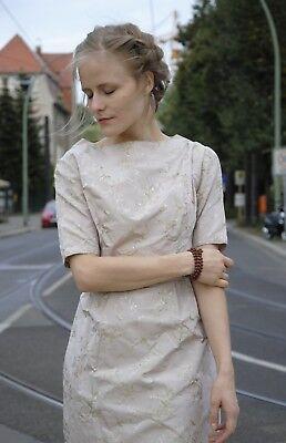 Cerca Voli Abito Seta Realizzati A Mano Beige Fiori Motivo 60er True Vintage 60s Women Dress Silk-mostra Il Titolo Originale In Vendita
